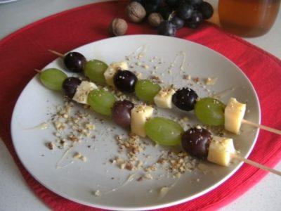 Spiedini di uva e formaggio