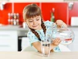 bambina-versa-acqua-rubinetto