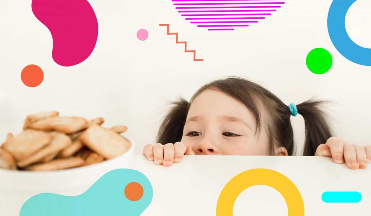 Celiachia, bimba che cerca di raggiungere dei biscotti - alimentazionebambini. It by coop