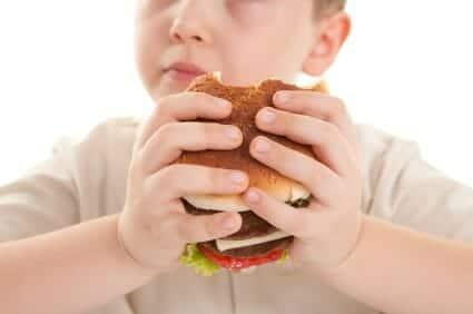 Bambino sovrappeso e junk food