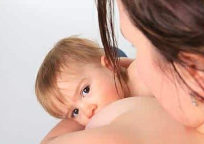 Allattamento al seno e coccole rendono i bambini più svegli