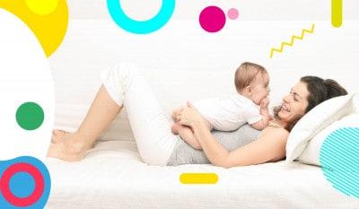 Allattamento e coccole: mamma con neonato sulla pancia che sorride - alimentazionebambini. It by coop