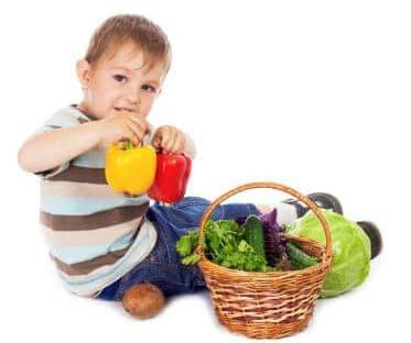Un bambino con un cestino di verdure