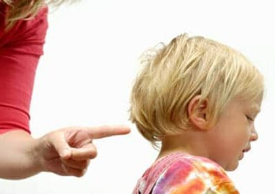 Una bambina viene sgridata