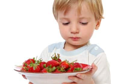 Bambino con fragole