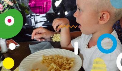 La celiachia: bimbo che mangia un piatto di pasta - alimentazionebambini. It by coop