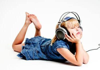 Bambina ascolta musica