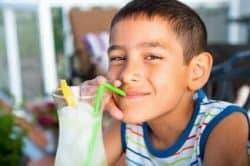 Un bambino beve una limonata
