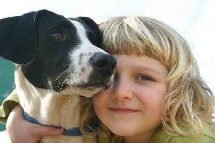 Bambina con un cane
