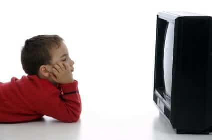 Bambino davanti a tv