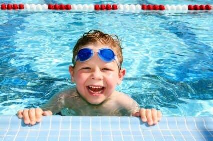 Bambino sorridente in piscina