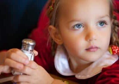 Sale e bambini: troppo nuoce alla salute fin da piccoli