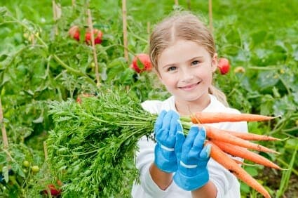 Bambina in un orto