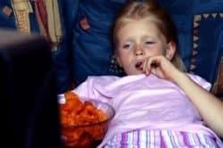 Bambina mangia guardando tv