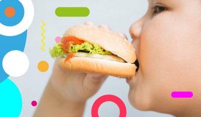 Obesità infantile, bambino sovrappeso che morde un hamburger - alimentazionebambini. It by coop