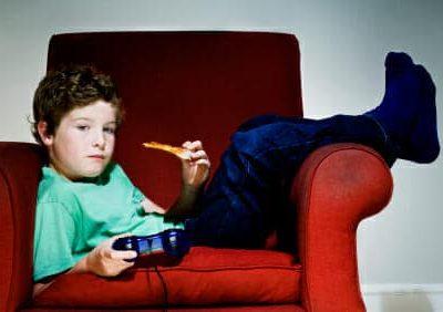 Un bambino mangia annoiato
