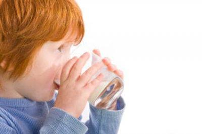 Un bambino beve latte