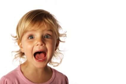 Una bambina urla
