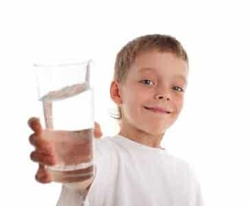Quanta acqua bere al giorno: i bambini fino a 2 litri!