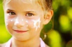 Bambina con crema solare