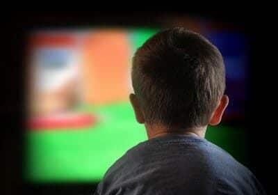 Bambini e tv: guardarne troppa fa ingrassare, ecco 10 consigli