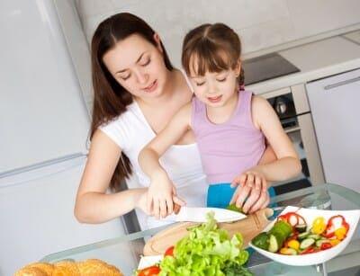 Mamma e figlia cucinano insieme