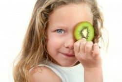 Bambina con kiwi