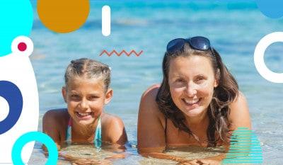 Il bagno in mare dopo mangiato, mamma e figlia sorridenti che fanno il bagno in mare - alimentazionebambini. It by coop