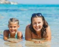 Mamma e figlia in acqua