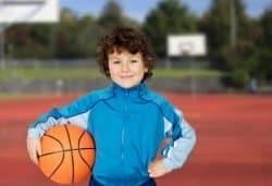 Bambino gioca a pallacanestro