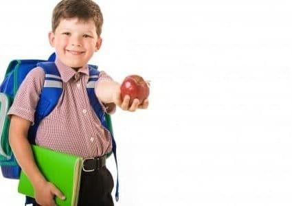 Uno scolaro con una mela