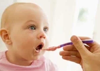 Come svezzare un neonato di 6 mesi: consigli ed errori da evitare