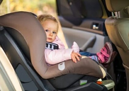 Bambina in automobile