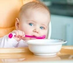 Bambina con cucchiaino