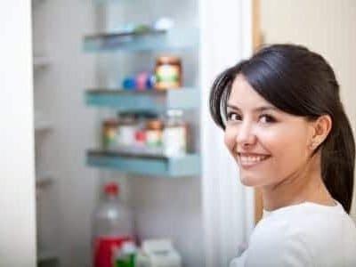 Donna davanti a frigorifero