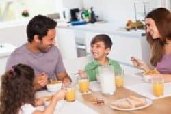 famiglia fa colazione