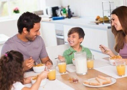 La prima colazione per i bambini: consigli per una dieta corretta