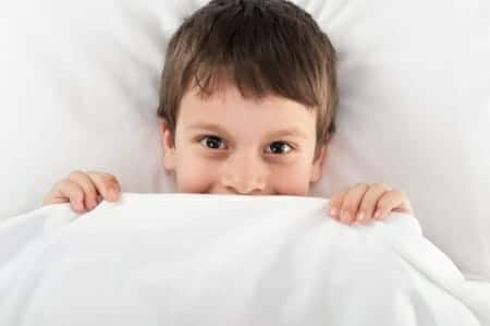 Enuresi notturna: 9 rimedi contro la pipì a letto dei bambini