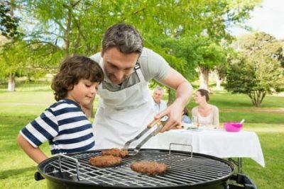Bambini e carne alla griglia: 5 consigli per fare il barbecue