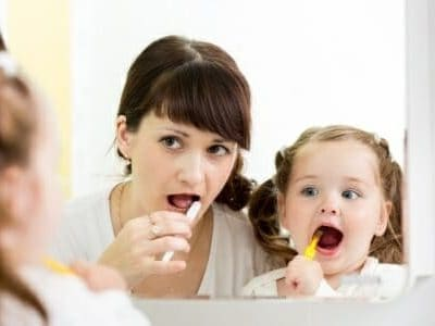 Mamma e figlia con spazzolino