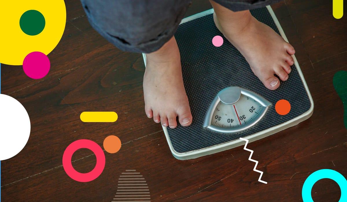 Obesità infantile, bambino sovrappeso sulla bilancia - alimentazionebambini. It by coop