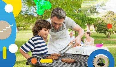 Bambini e grigliate, papà mostra al figlio come cuocere la carne sulla griglia - alimentazionebambini. It by coop