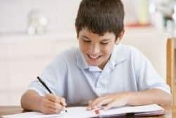 Bambino che studia