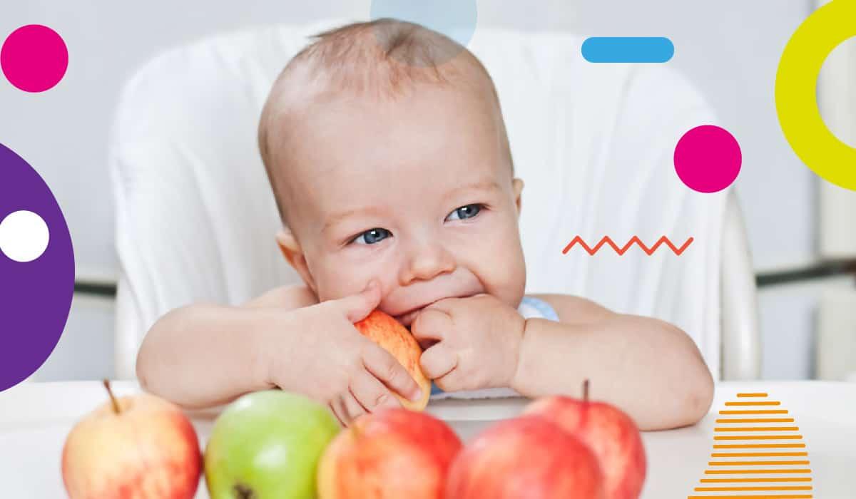 Autosvezzamento, bimbo di 6 mesi che morde una mela intera - alimentazionebambini. It by coop