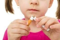 Bambina rompe sigaretta