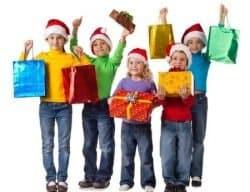Bambini con regali di Natale