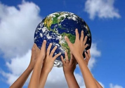 Bambini sorreggono il mondo