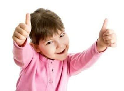 Bambina con pollici in alto