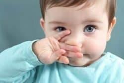 Bambina si tocca il naso