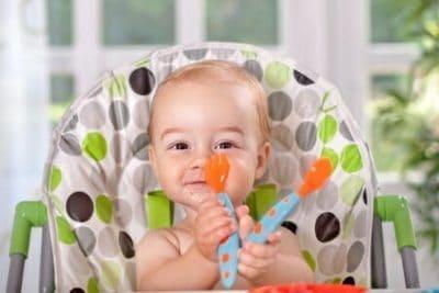 Insegnare ai bambini a usare le posate e mangiare da soli: alcune semplici regole